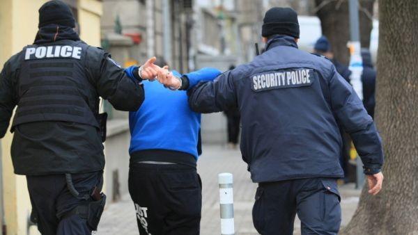 Пиян охранител подлуди Кючука със стрелба, нахвърли се и на полицаите